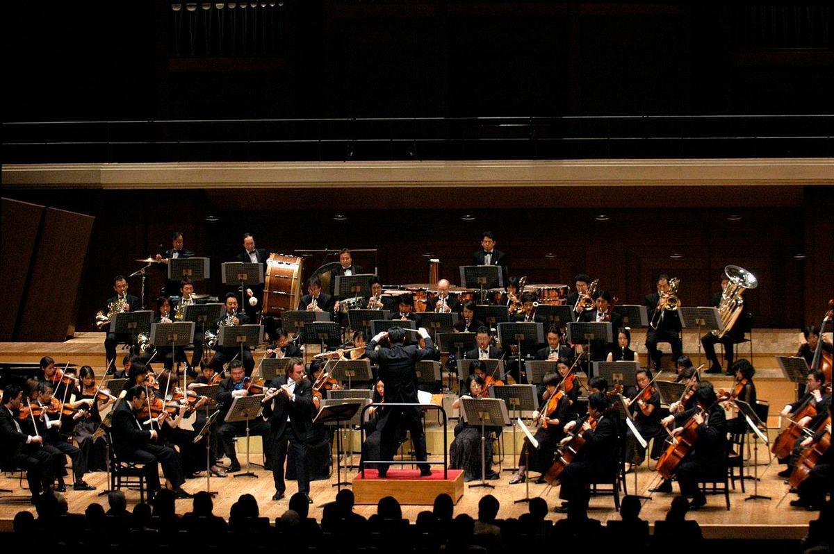 2006年,溫以仁指揮新日本愛樂管弦樂團,日本媒體譽:「這是一個我們必須記得的名字。」(翻攝臉書)