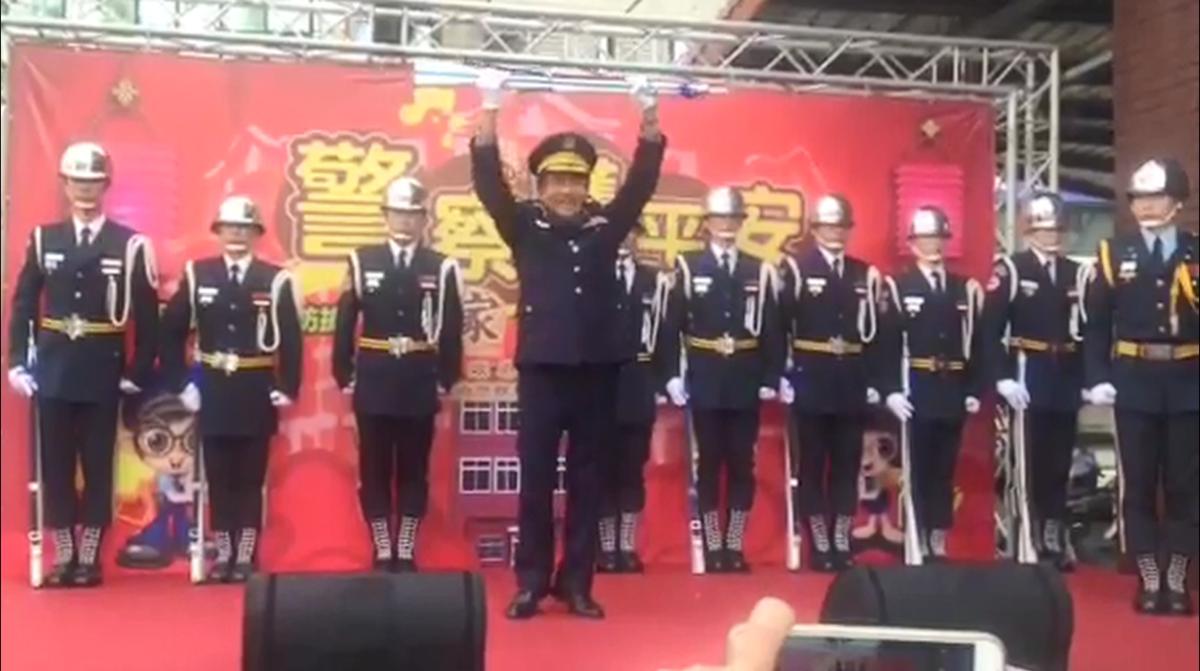 「警察護平安,大家過好年」活動現場,分局長和學生團體一同上台。