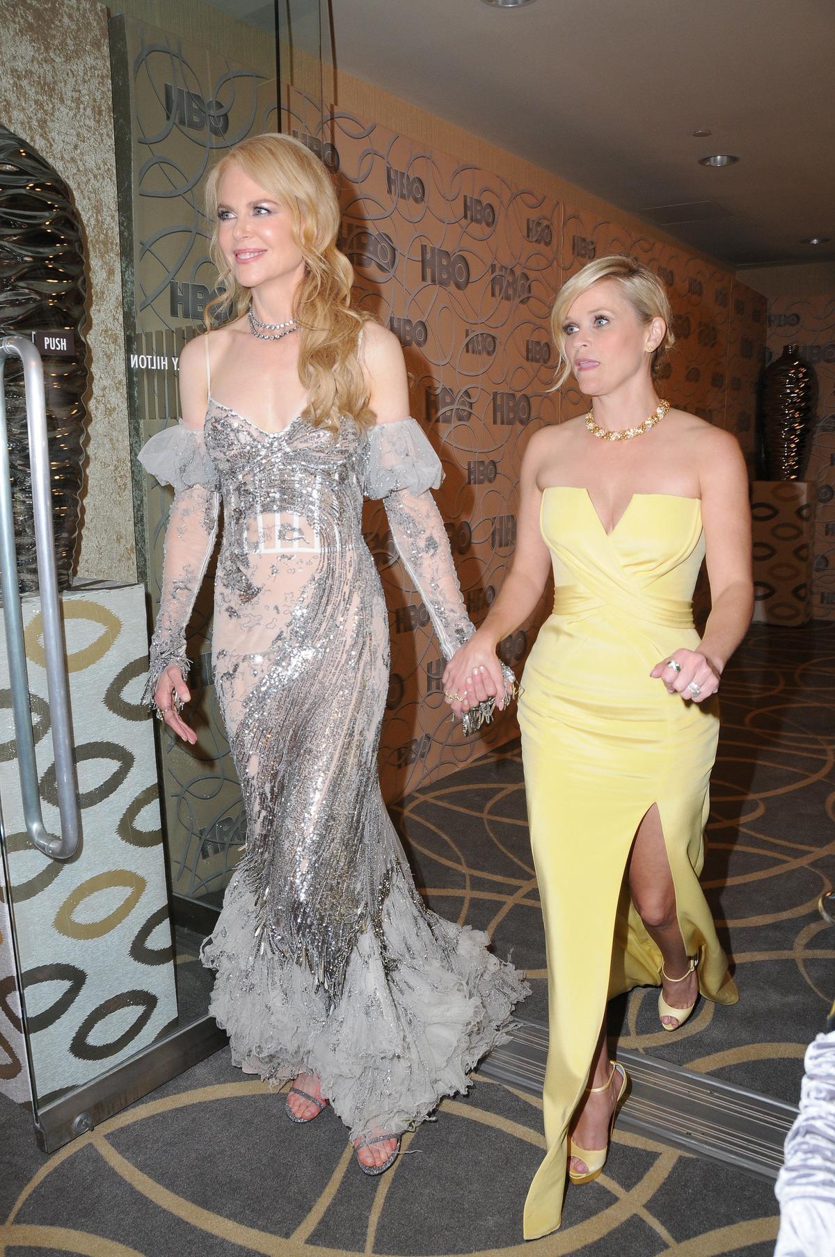 瑞斯薇絲朋與妮可一同頒獎,妮可的禮服不被網友青睞,反而瑞斯的黃色禮服很吸睛。(東方IC)