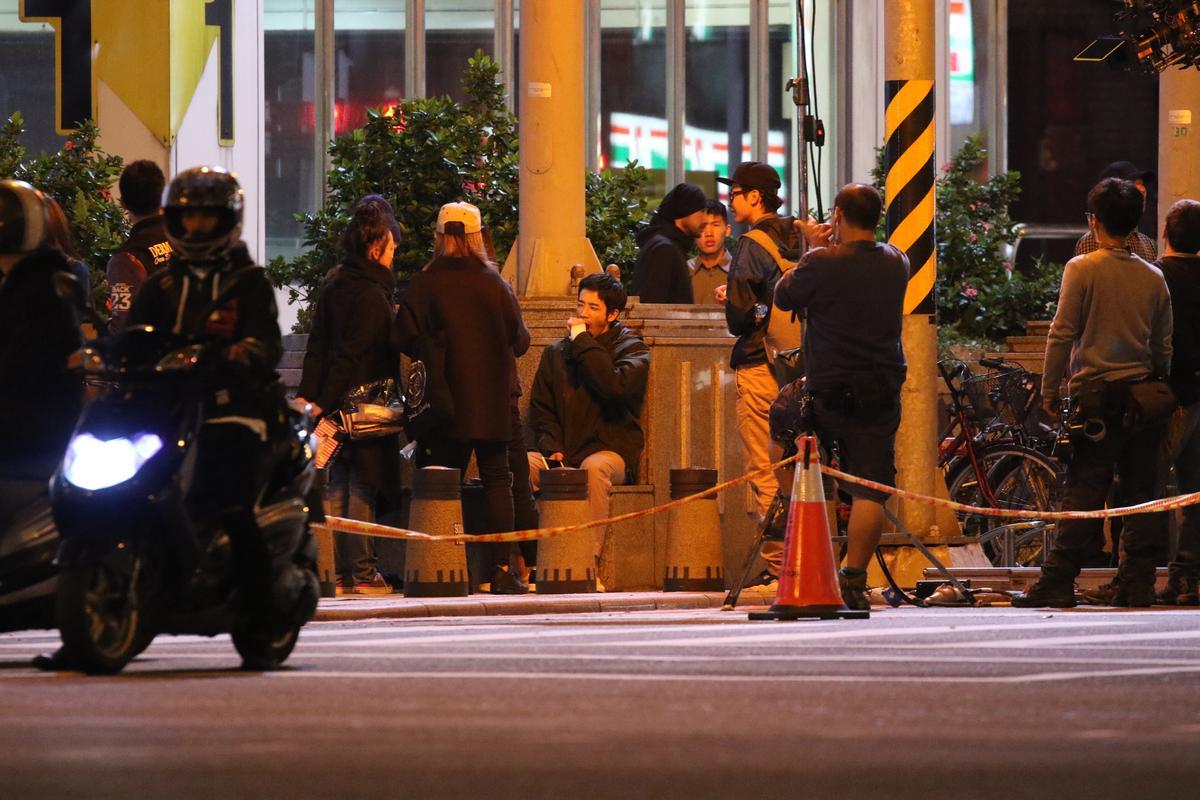 劉以豪之前拍《帶我去夜球》夜戲,被本刊捕捉到打呵欠的畫面。