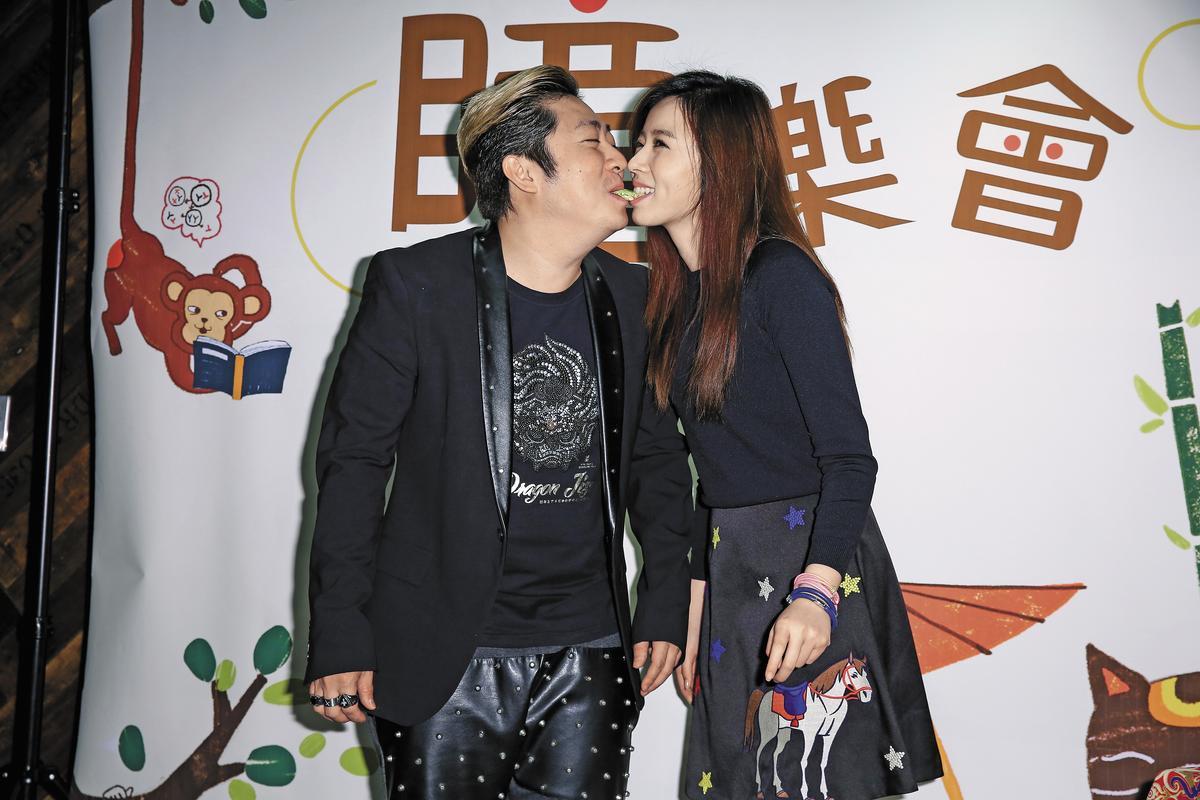 艾成(左)跟王瞳(右)幫自創品牌宣傳,使用一種團康的遊戲來表達他們的未婚戀情穩定。