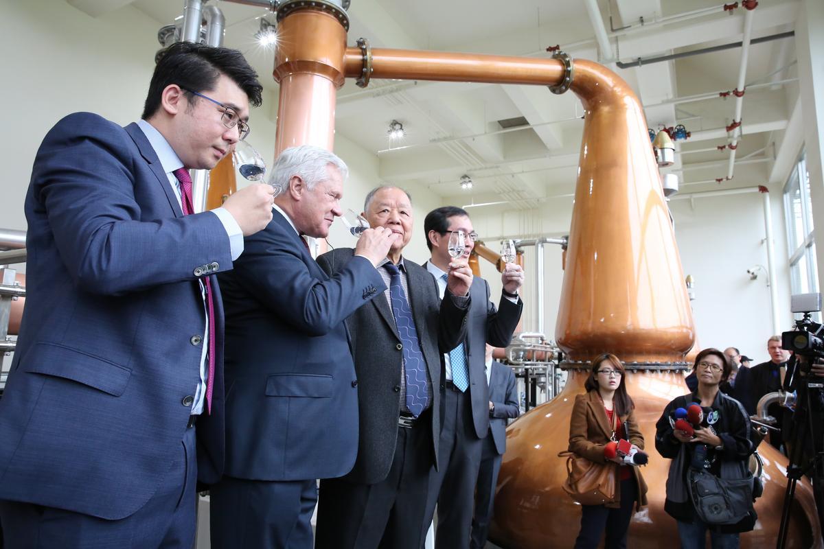 金車董事長李添財、總經理李玉鼎帶領團隊啜飲新酒。