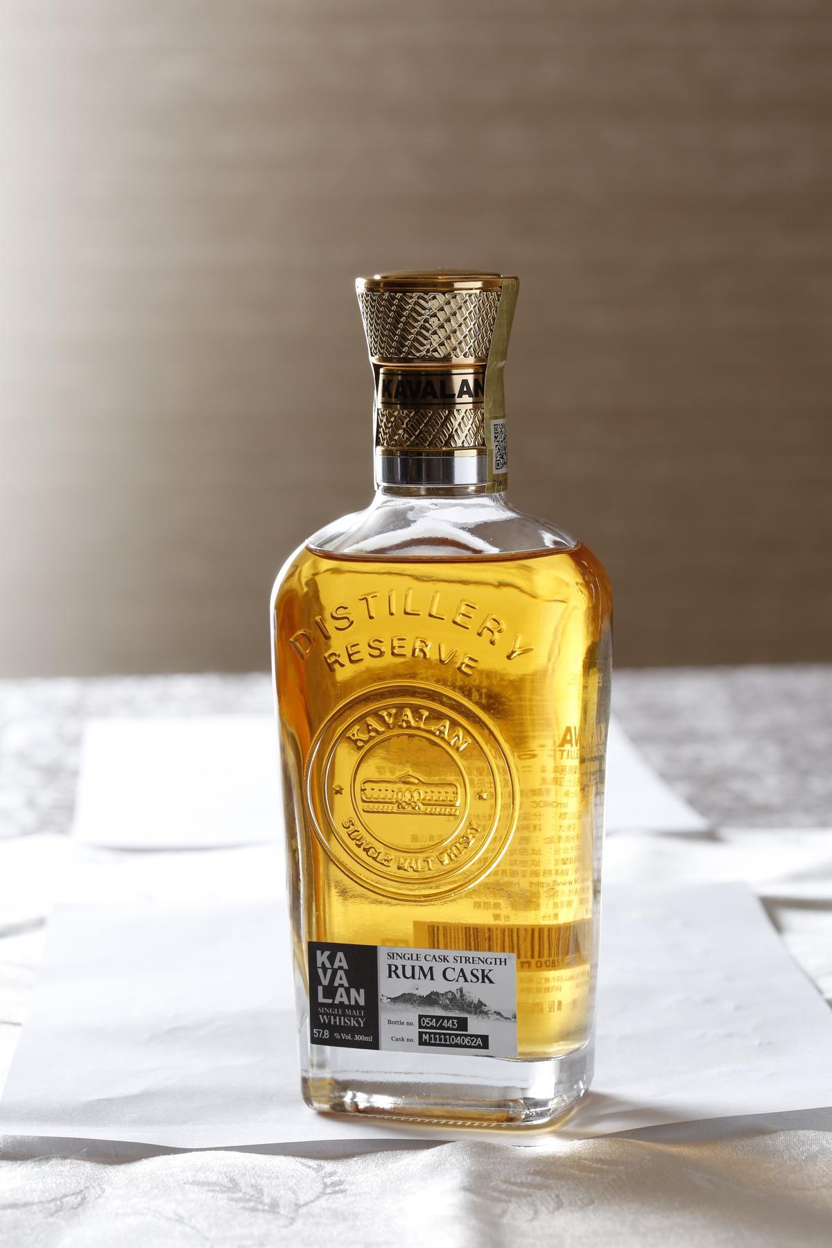 以尼加拉瓜的蘭姆酒桶熟成的噶瑪蘭酒廠珍藏版「蘭姆桶」單一麥芽威士忌原酒,除了熱帶水果味,多了更多辛香料、草本的味道。(1,600元/瓶)