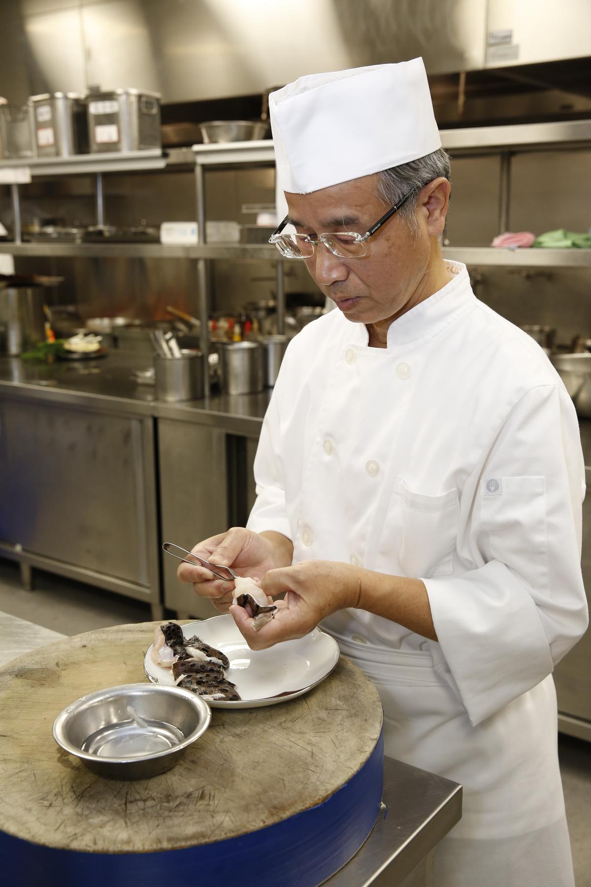 手路菜費工,「米香」的老師傅正小心的將錢鰻挑骨去刺。