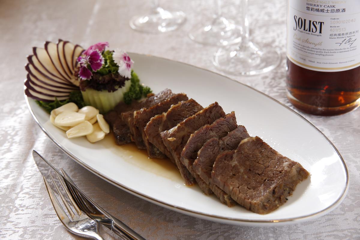 紅刺蔥焗牛排(960 元/份)與噶瑪蘭經典獨奏雪莉桶威士忌原酒單一麥芽威士忌(3,500元/瓶)十分合拍。