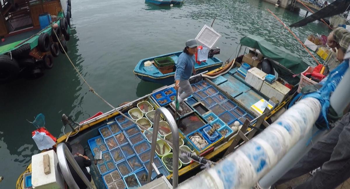 若你懂得挑選漁獲,也可直接向漁民購買,請餐廳代客料理。