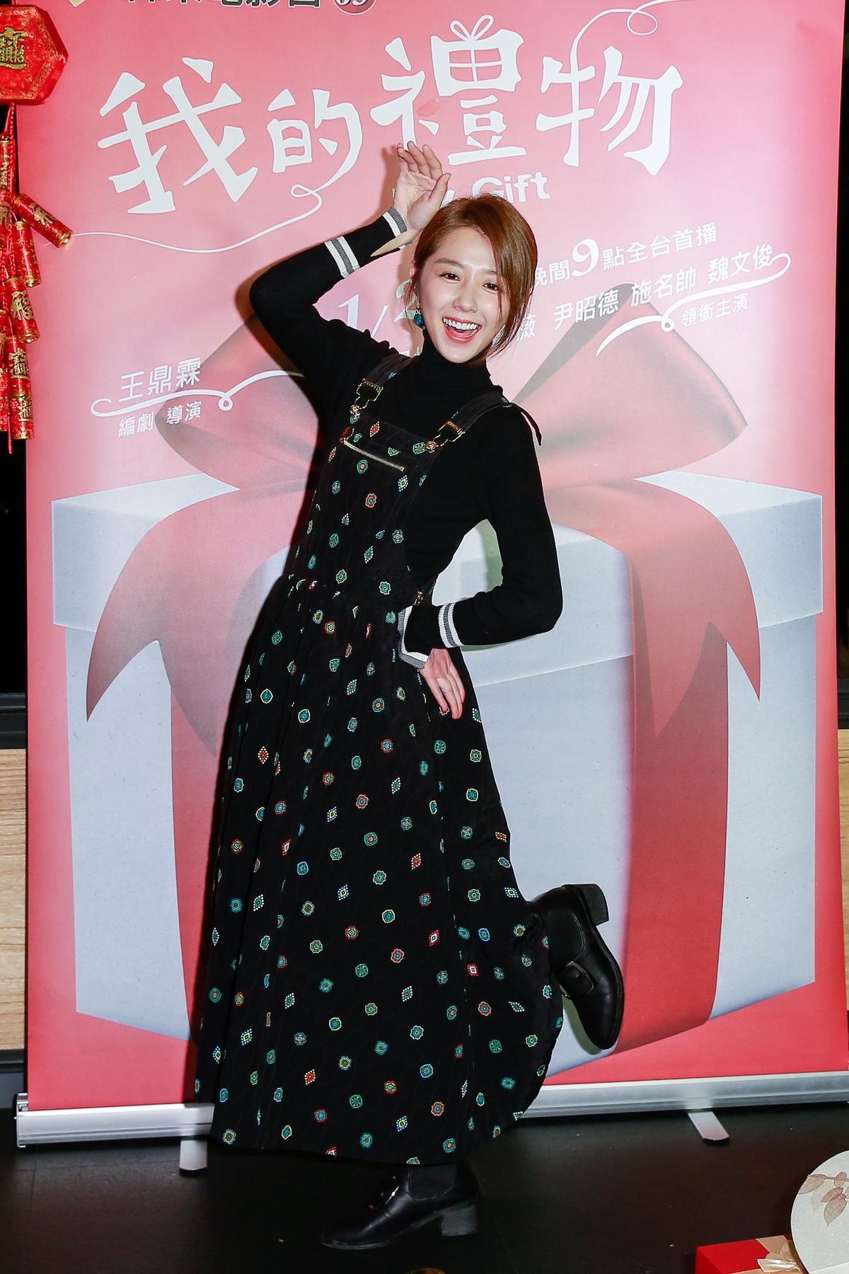 邵雨薇出席緯來電影台《我的禮物》試片會,她腳開開扮雞,手也扮起雞冠,有一股特殊萌味。