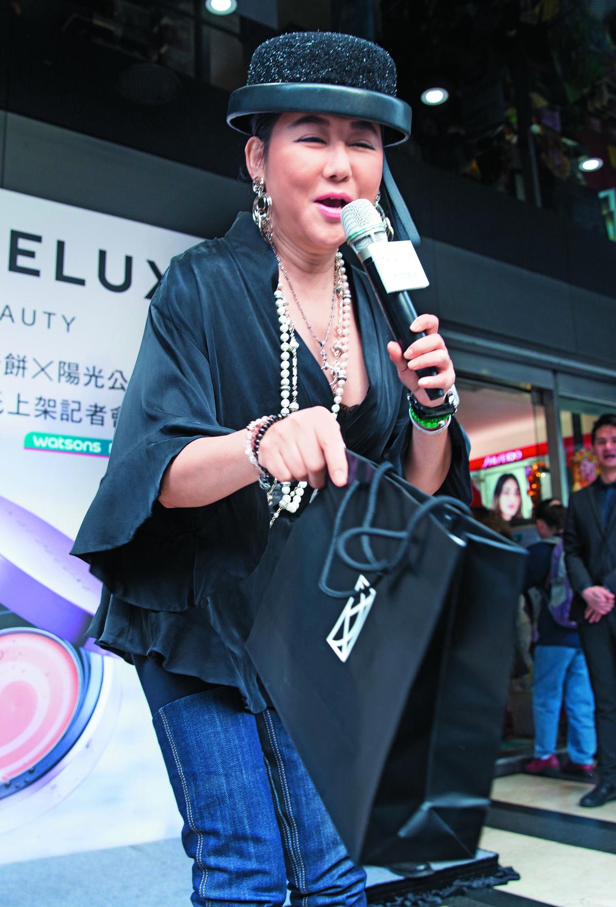 藍心湄為彩妝師張景凱(小凱)的個人品 牌KAI  DELUXE 站 台, 穿得貴氣千雲。她曾經出過一張經典名輯《肉餅飯糰》,如今她的臉完美詮釋。