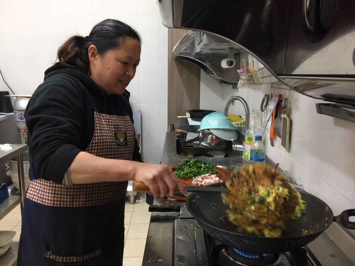 雄嫂傻蜜是稱職的女主人,燒得一手好菜。