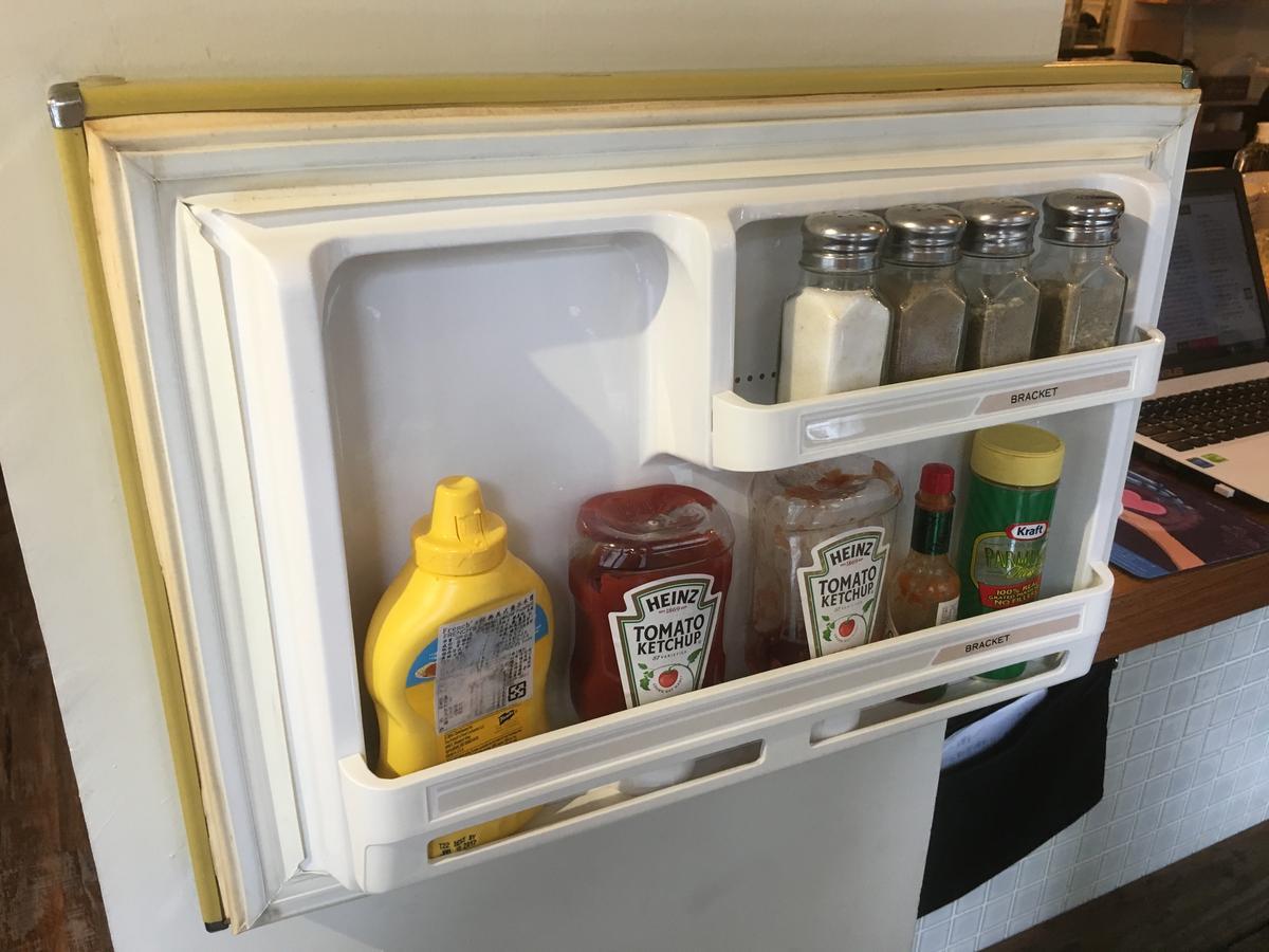 舊冰箱門拆下來當醬料櫃別具巧思,令人莞爾。
