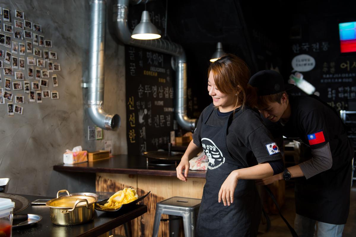 餐廳忙碌讓小倆口常起爭執,卻使感情更甜蜜。
