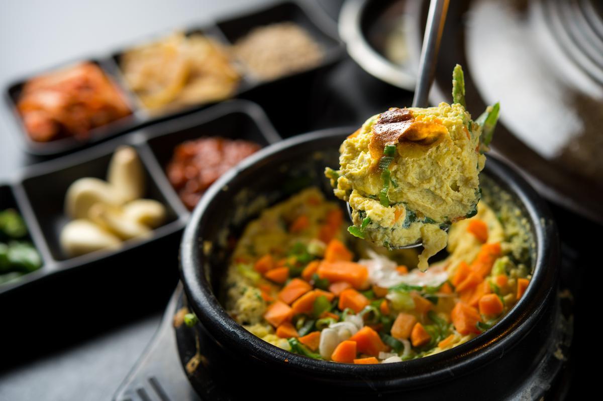 韓國媽媽的家常菜「石鍋蛋」,蛋香濃郁口感紮實,周邊會有些許鍋巴香。(180元/份)