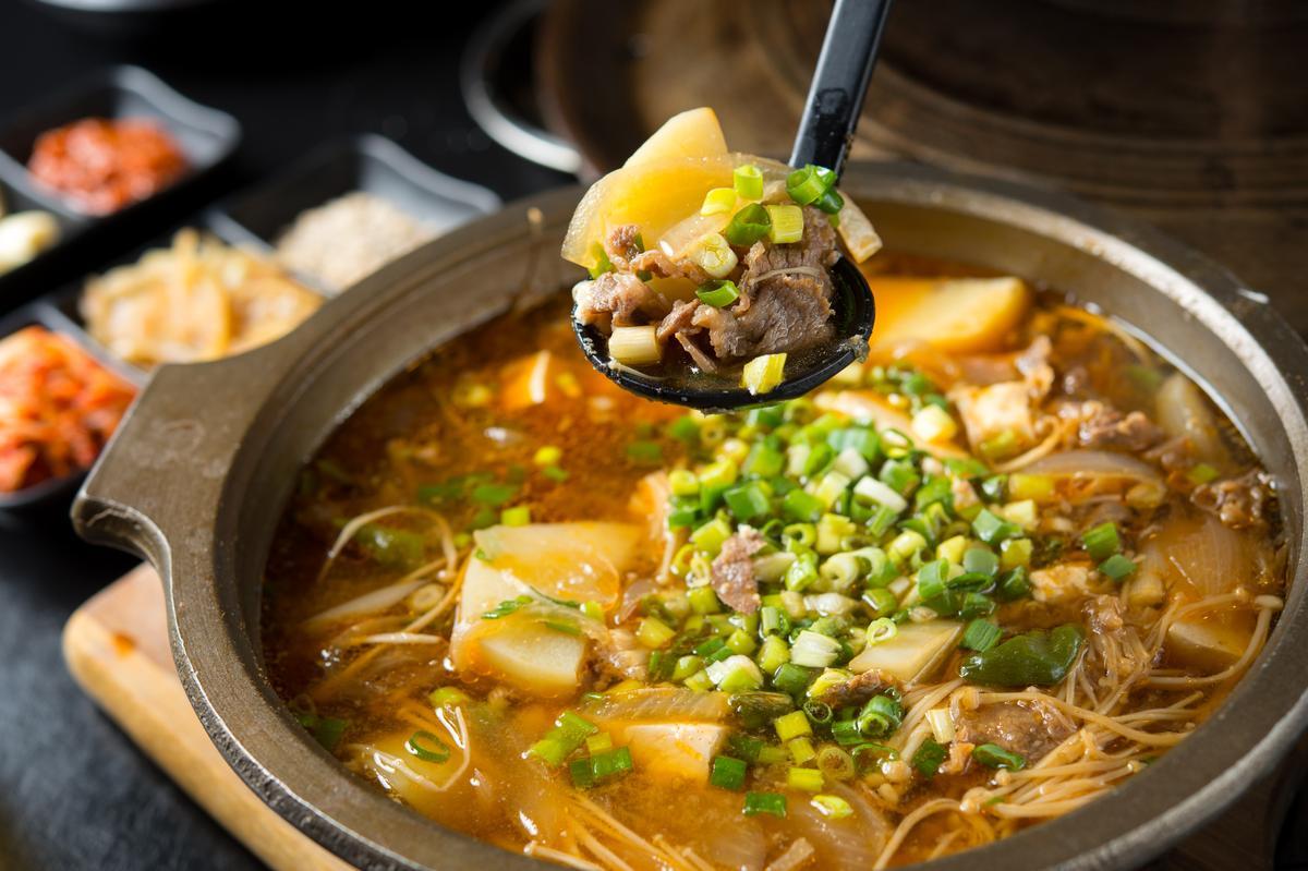 「天醬牛肉湯」的湯底是用螃蟹、韓國魚乾和韓式味噌熬製,滋味鹹鮮甘美,能吃到牛肉、馬鈴薯塊等湯料。(580元/鍋)
