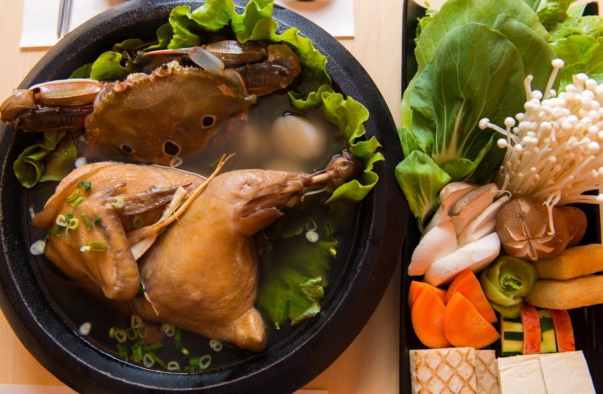 「金蔘燉雞湯底」搭配三點蟹、干貝、綜合蔬菜,滋味更豐美有飽足感。(850元/超值雙人套餐)