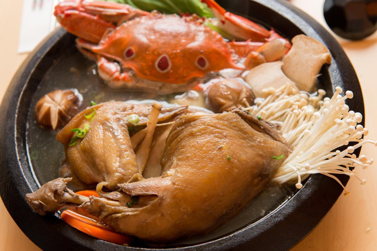 雞腿肉鮮嫩,吸附濃郁蔘味,搭配肥美三點蟹,鮮味加成。(850元/超值雙人套餐)