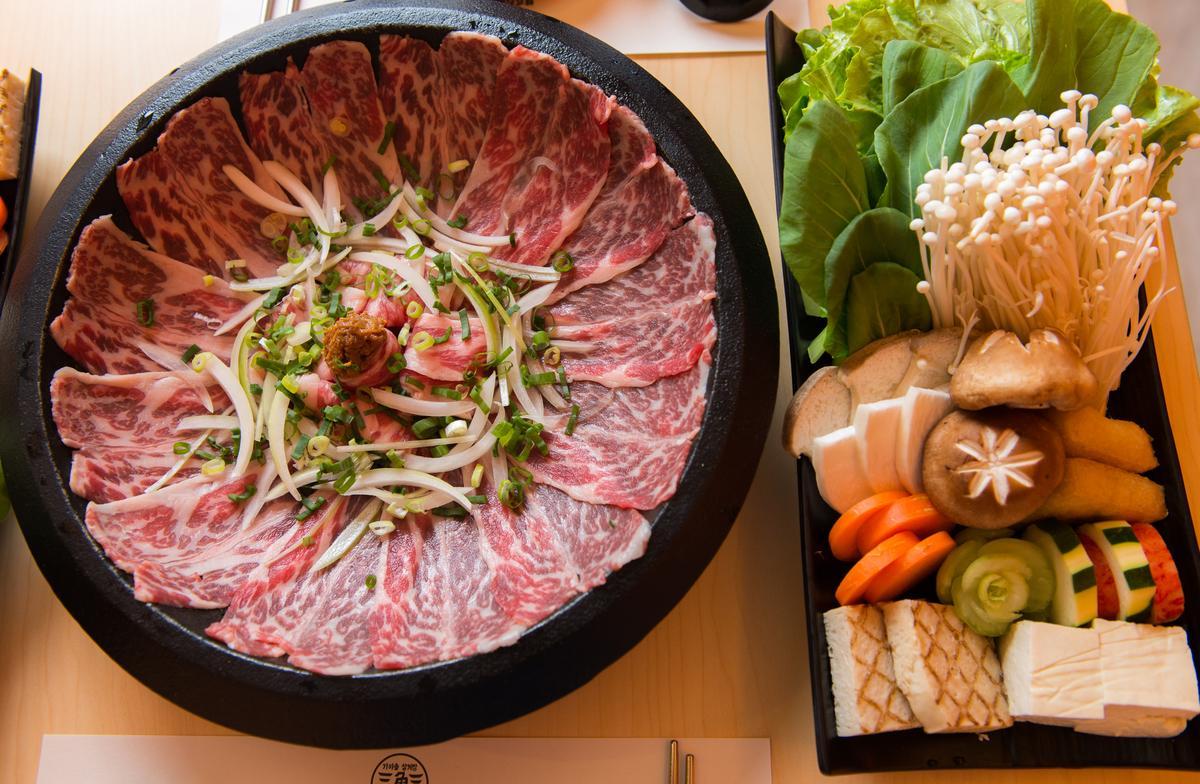「天醬牛肉湯底」結合台式石頭鍋吃法。(390元/份)