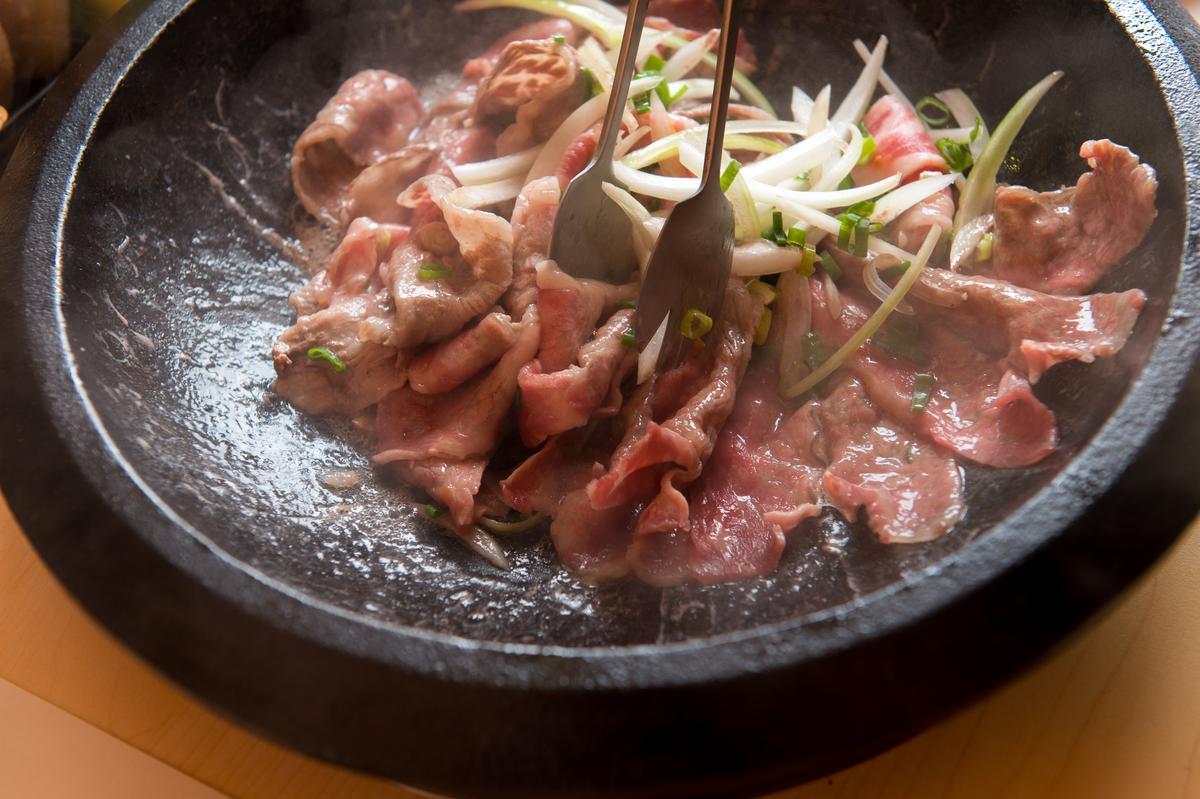 「天醬牛肉湯底」的牛小排肉片會先用洋蔥、韓國味噌醬爆炒出肉香,再倒入祕製高湯。(390元/份)