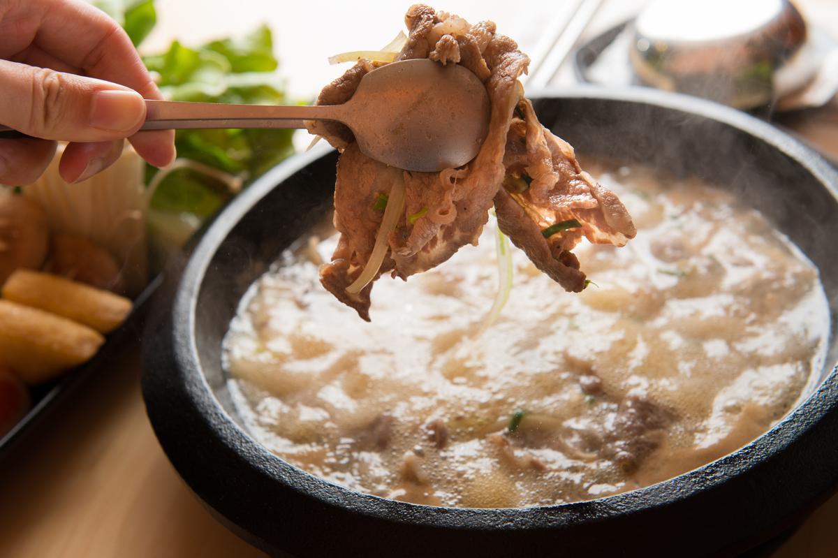 牛肉片吸附滿滿韓國味噌的鹹香和湯頭的甘甜。