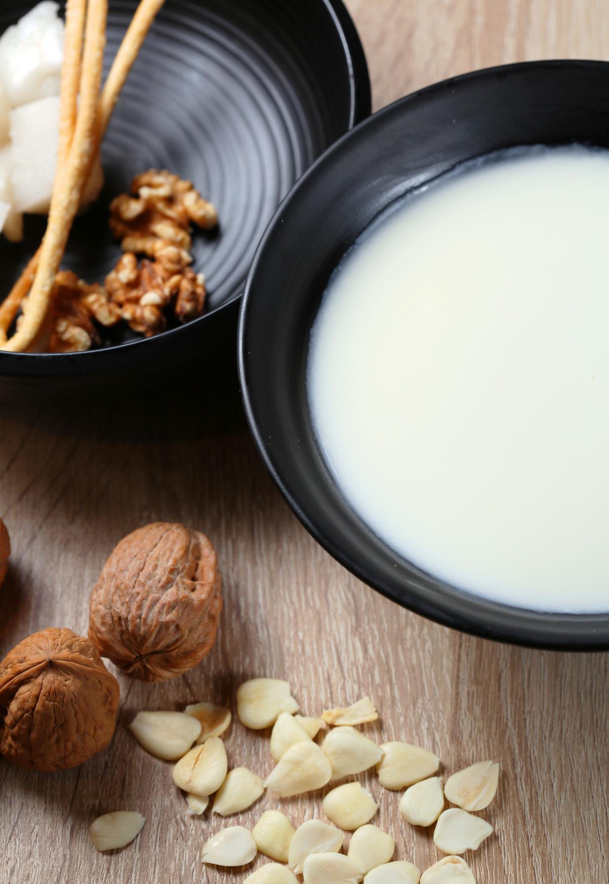 「養生杏仁套膳」的杏仁奶以鮮奶糯米添香增稠,搭配杏仁粿和核桃,是酥Q脆的口感三重奏。(80元/份)