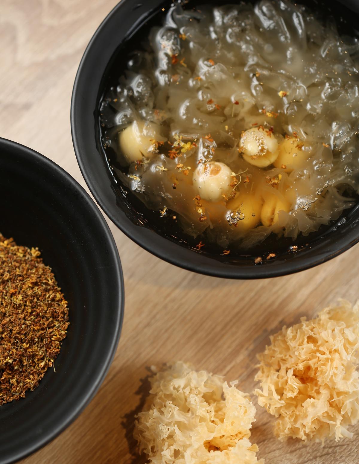 「桂花銀耳蓮子湯」選用苗栗南庄的桂花,注入秋陽般溫郁香氣,暖化蓮子與銀耳的清冷基調。(60元/碗)