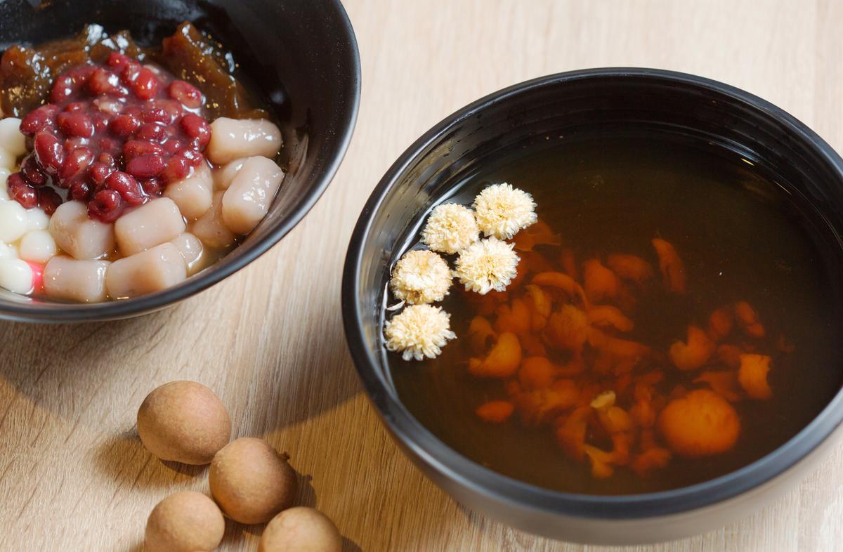「杭菊桂圓茶」的基底本是刨冰用的古早味桂圓糖水,上桌前才放入乾燥杭菊蒸出花香。(65元/碗)
