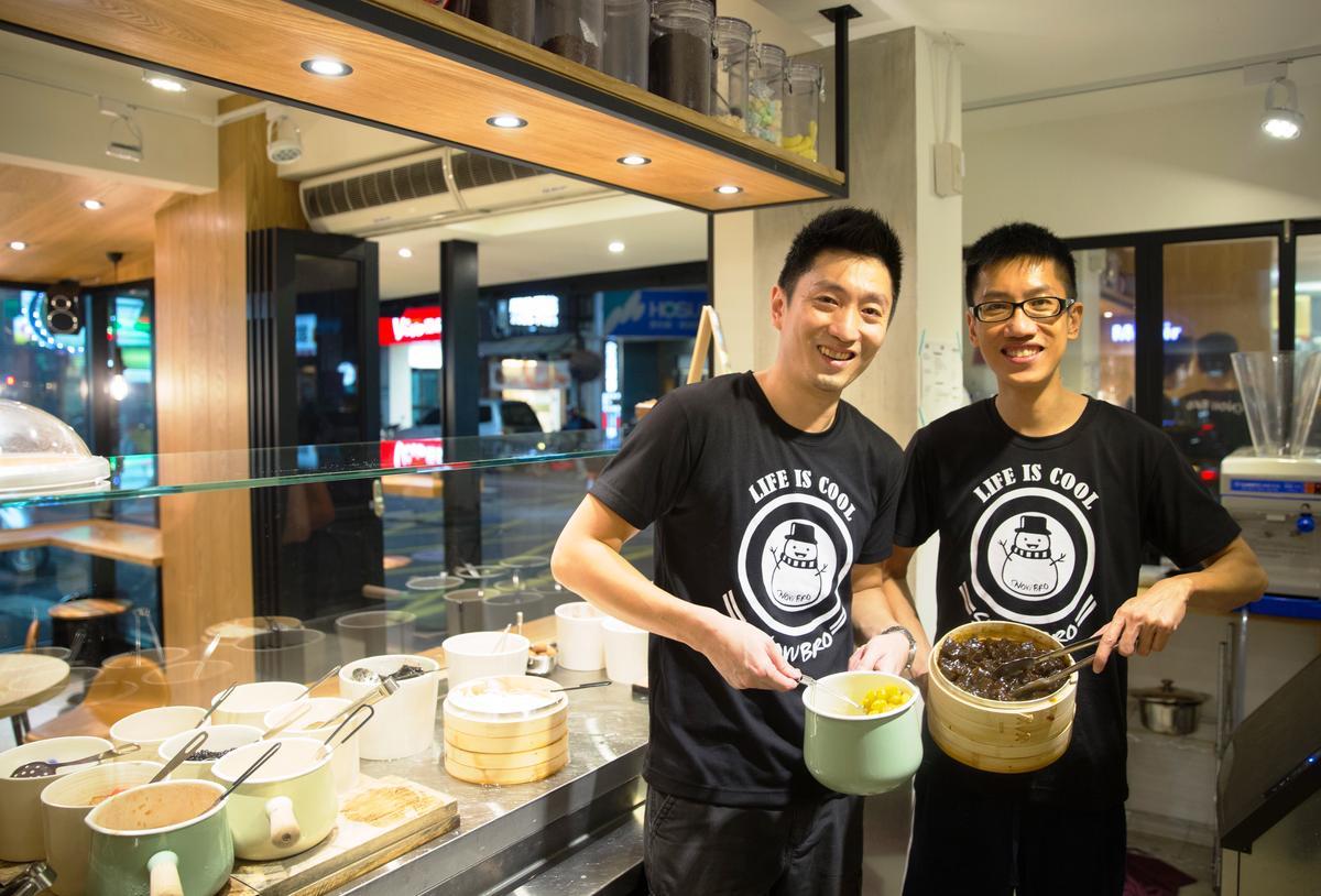 愛吃冰的鄭同祐(左)與哥哥鄭同晟合夥開冰店,店名「雪人兄弟」也因此而來。