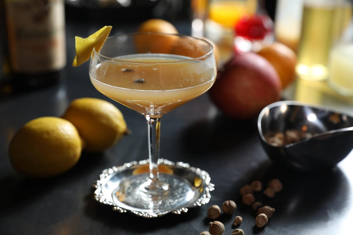 「Over the Weather」蘋果香與梨香相映成趣,柑橘果汁和龍井糖漿則拉出明亮清爽印象。(400元/杯)