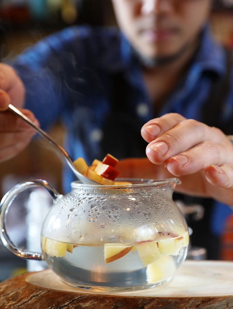 先用熱水燙出蘋果的香氣。