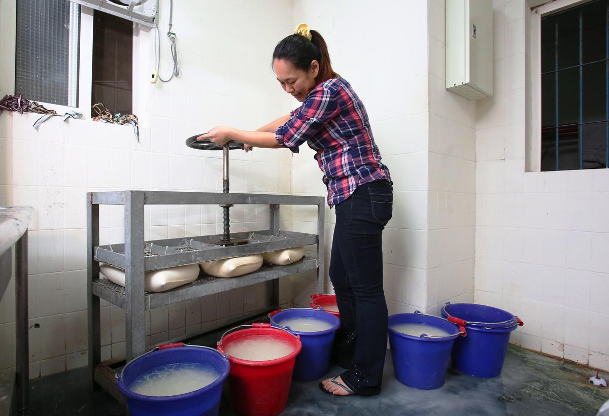 米漿經過重壓脫水,需要2小時,唐翊甄擔心使用脫水機會讓營養流失。