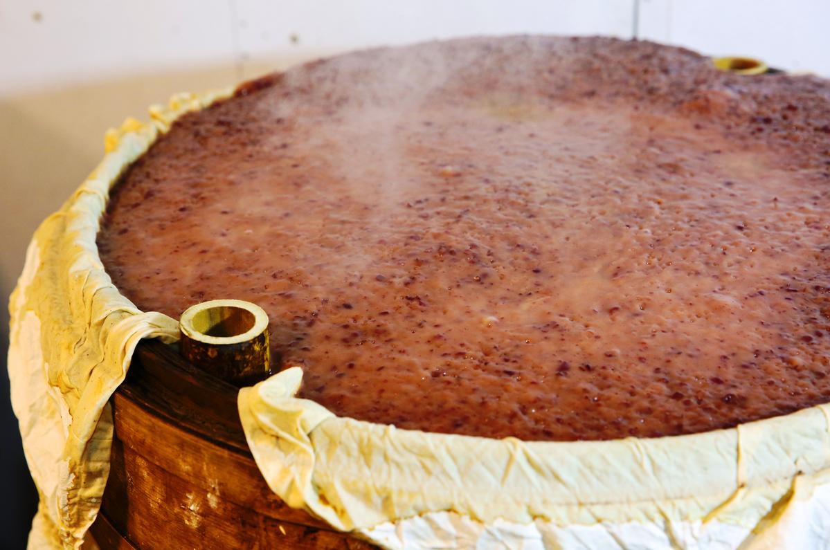 以竹籠蒸煮紅豆年糕,較易吸水,可避免年糕過於溼軟。