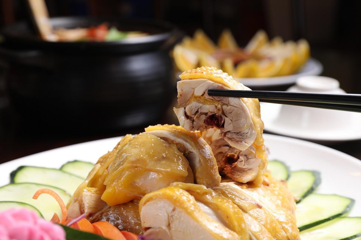豆麥私房菜必點的「白斬閹雞」,肉彈清甜好吃。(1,280元新春特餐菜色)
