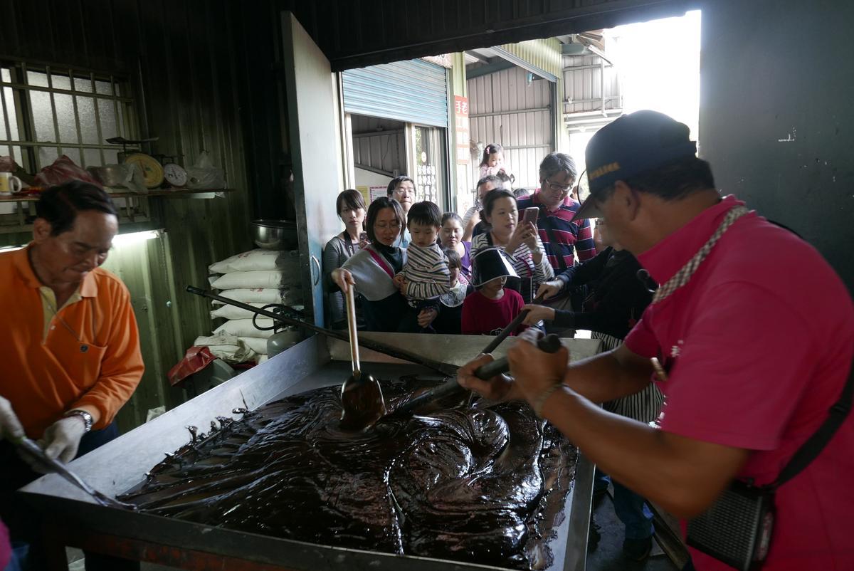 初出爐的黑糖,仍呈現柔軟狀態。