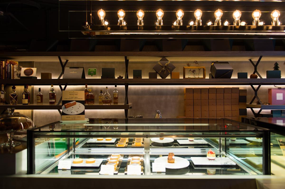 「畬室」甜點櫃後方有近20種烈酒,都可點單杯來與甜點、巧克力搭配。