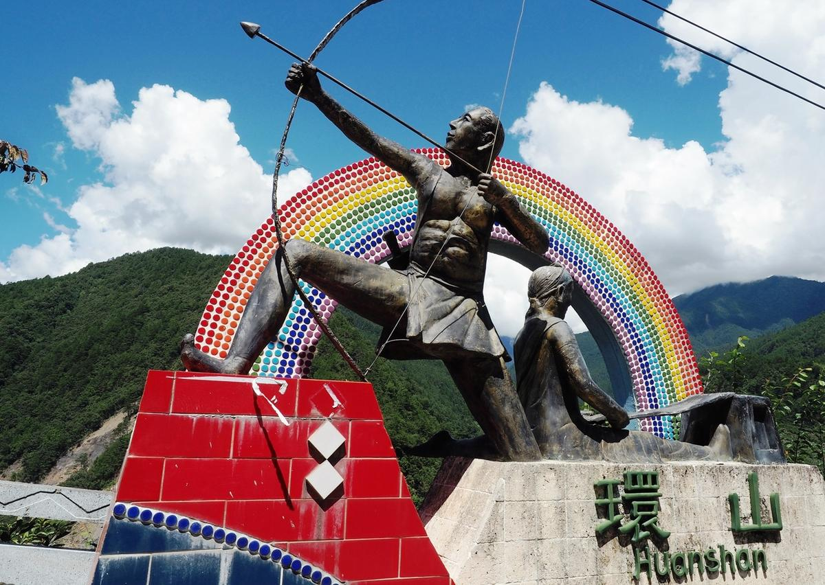 拿著弓箭的雕像,就位在詩歌謠的入口處。(圖片提供:朱家瑩)
