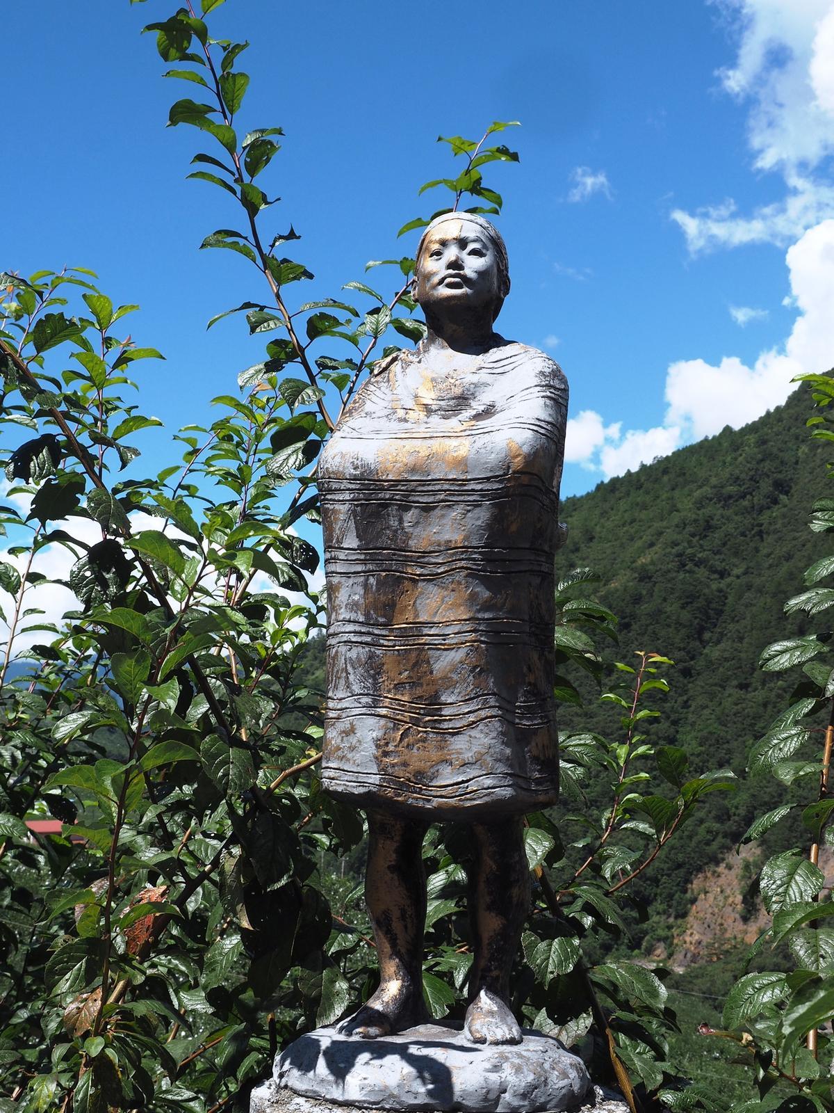 一座座主題各異的雕像,呈現著泰雅族人生活文化的風俗。(圖片提供:朱家瑩)