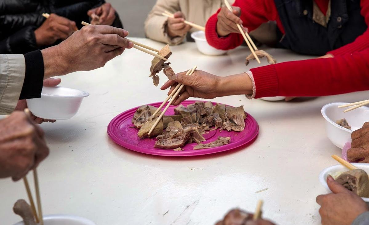 10道菜中的鹹水鴨一上桌,立刻被夾到幾乎見底。