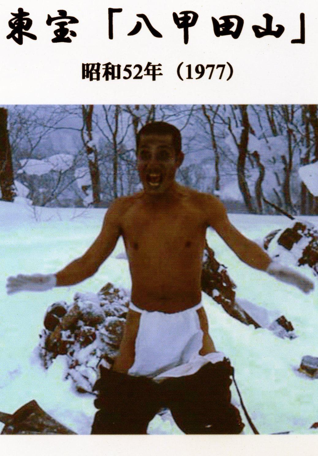 電影劇照中因寒冷發狂脫光光的士兵。(翻攝網路)