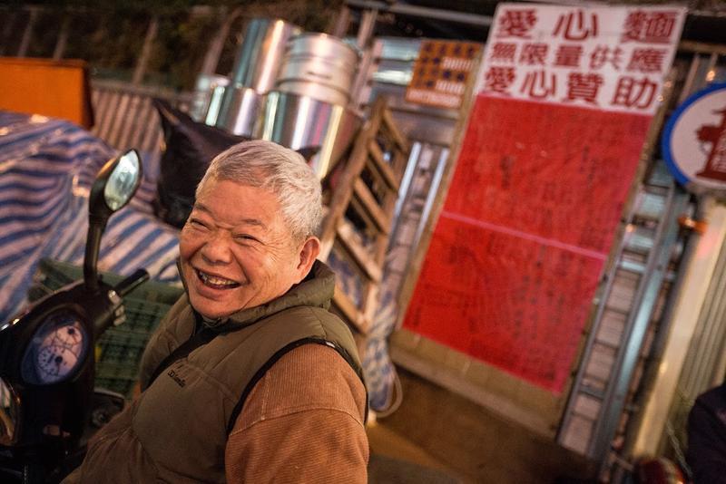 多年舉辦宴席款待街友的刈包吉,個性直率、帶點江湖味,對於愛心宴相當執著。