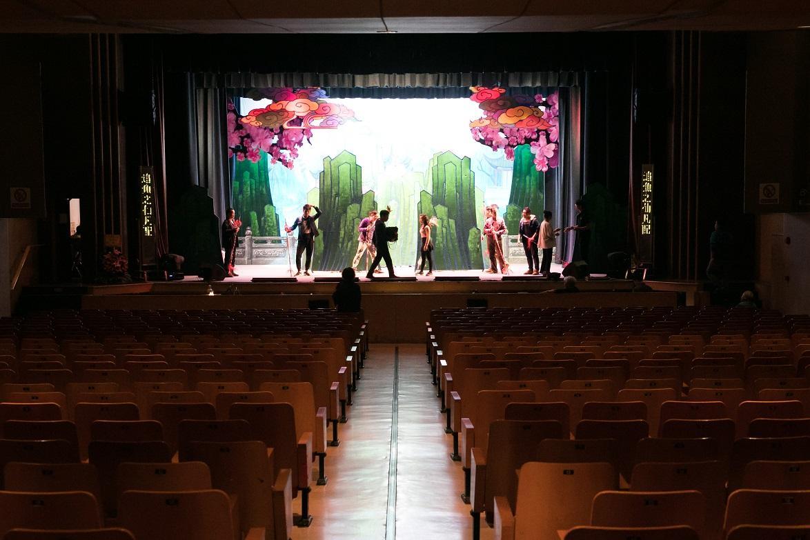 一樓的戲院舞台上,正在彩排晚間的演出。