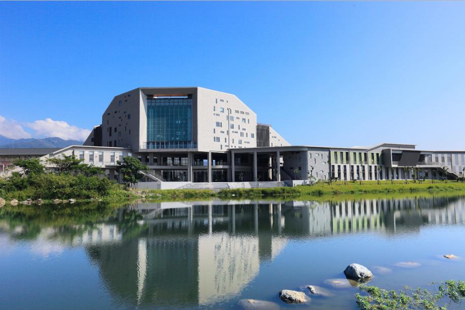 台東大學知本校區的圖書資訊館採清水模建築手法,搖身為後山的當代地標。(圖片提供:台東大學知本校區)