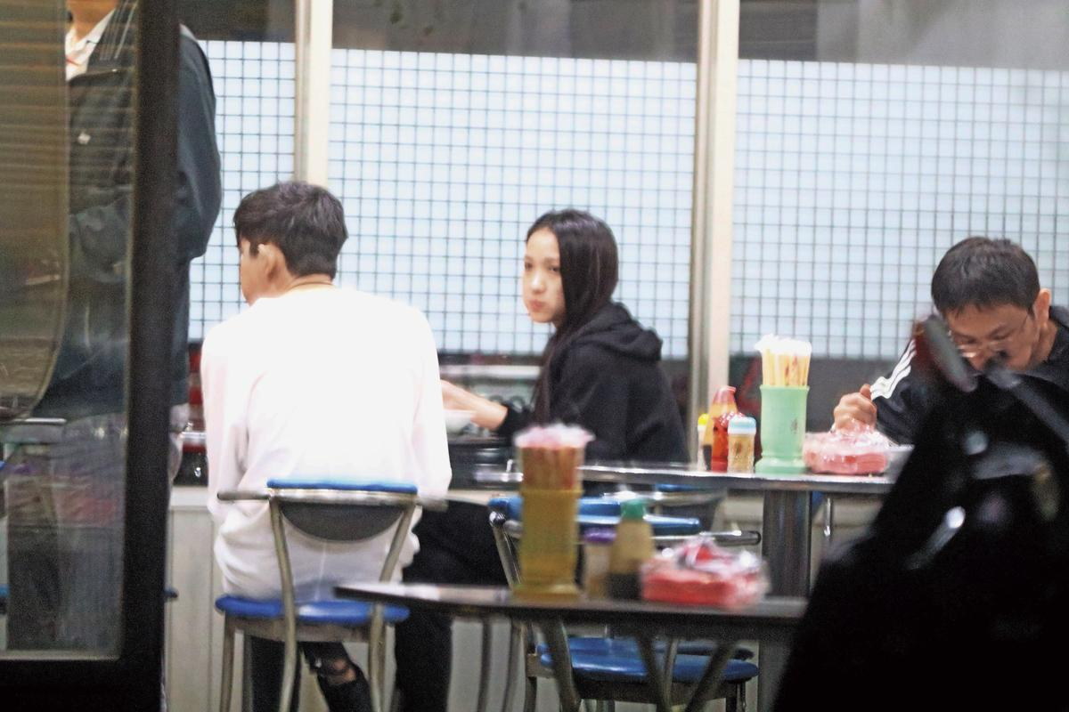 敖犬(左)跟女友到住家附近小吃店吃晚餐,陳郁婷不時四處張望。