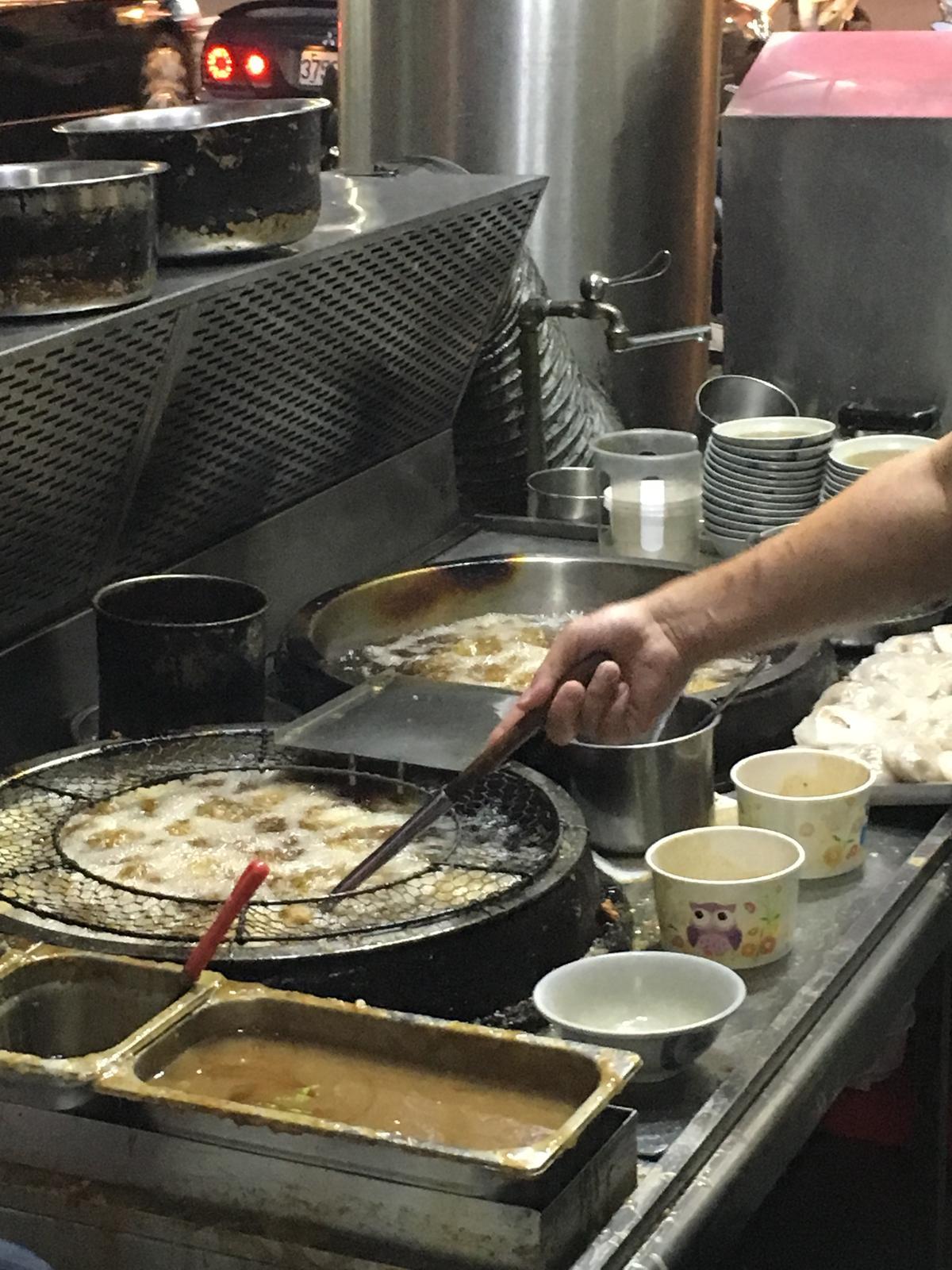 「阿三肉圓」生意非常好,蒸好的肉圓要不斷接續炸,才來得及賣。
