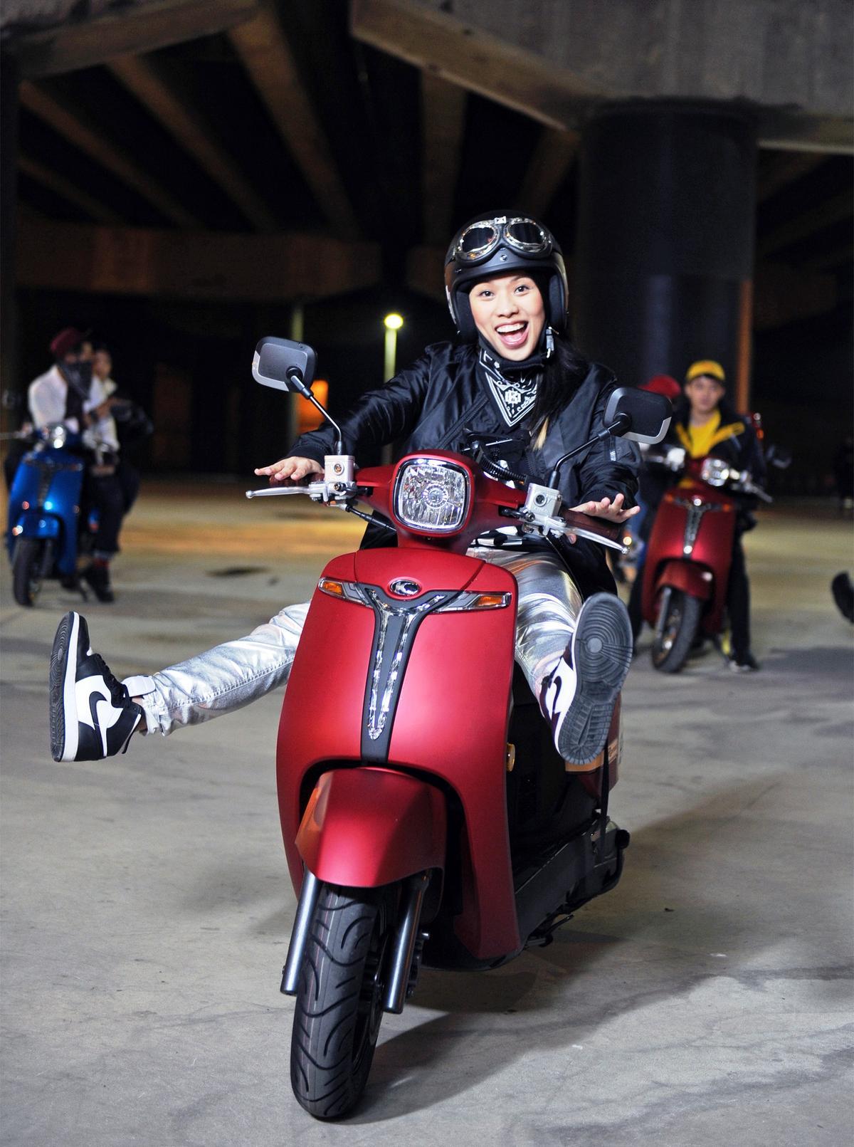 葛仲珊拍攝新歌〈大夥騎〉MV ,冒著低溫大雨入鏡。