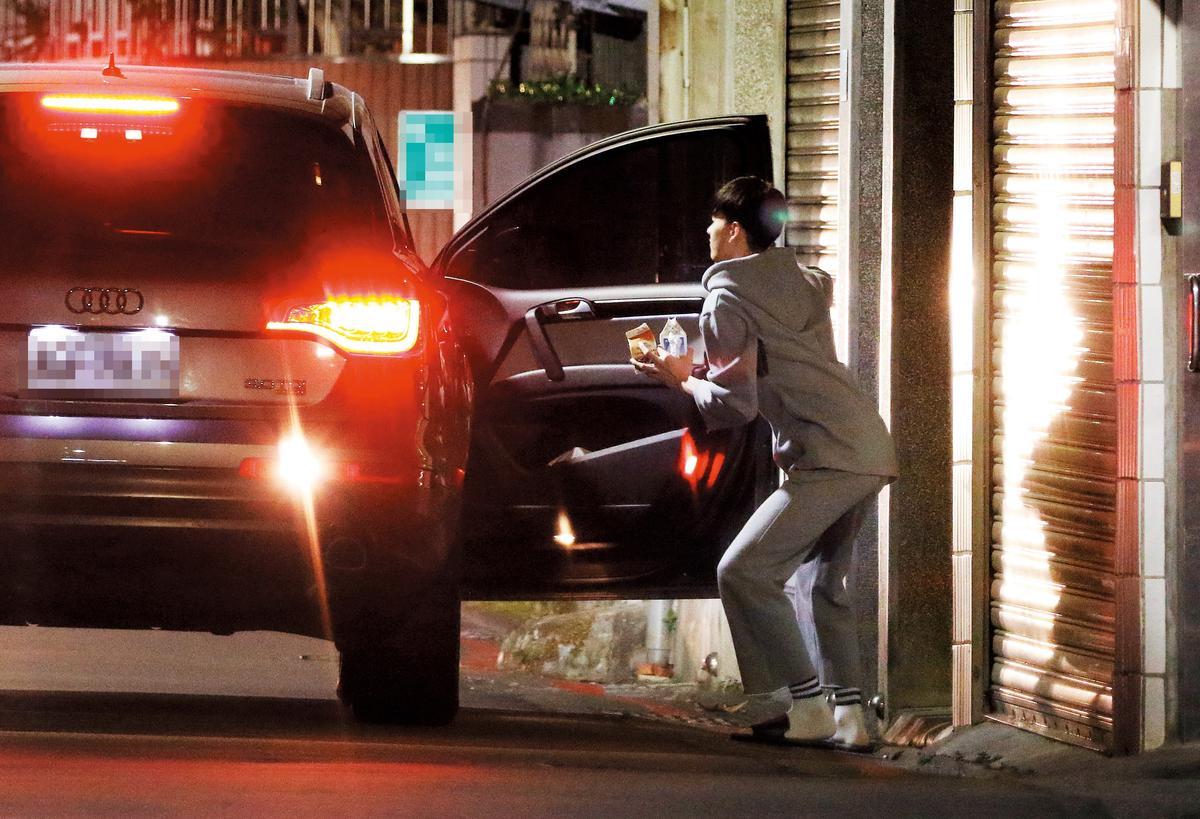 00:08 嫩男下了炎亞綸的車後,屁股拗出了一道極為吸睛的弧度,十分俏皮。