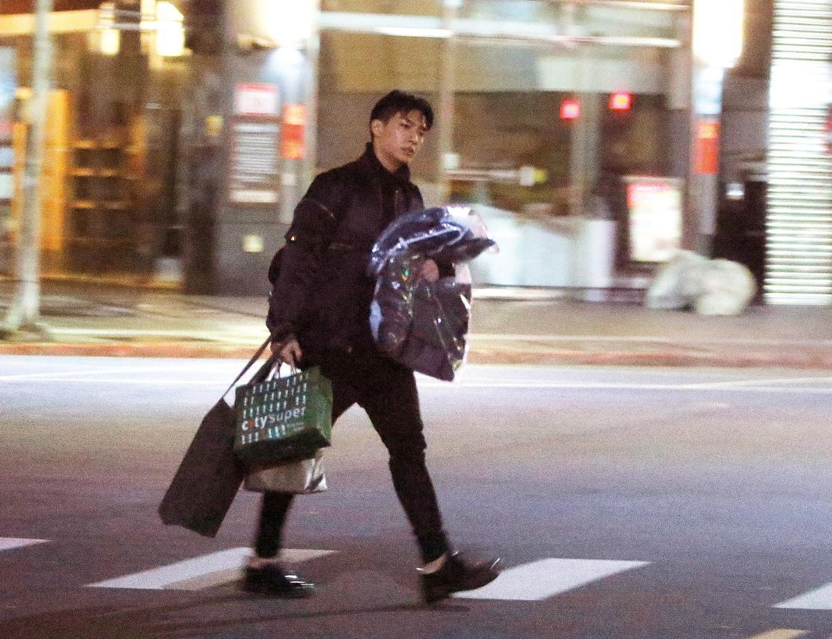 00:19 炎亞綸送完嫩男之後回家,手上大包小袋,連頭髮都亂了。