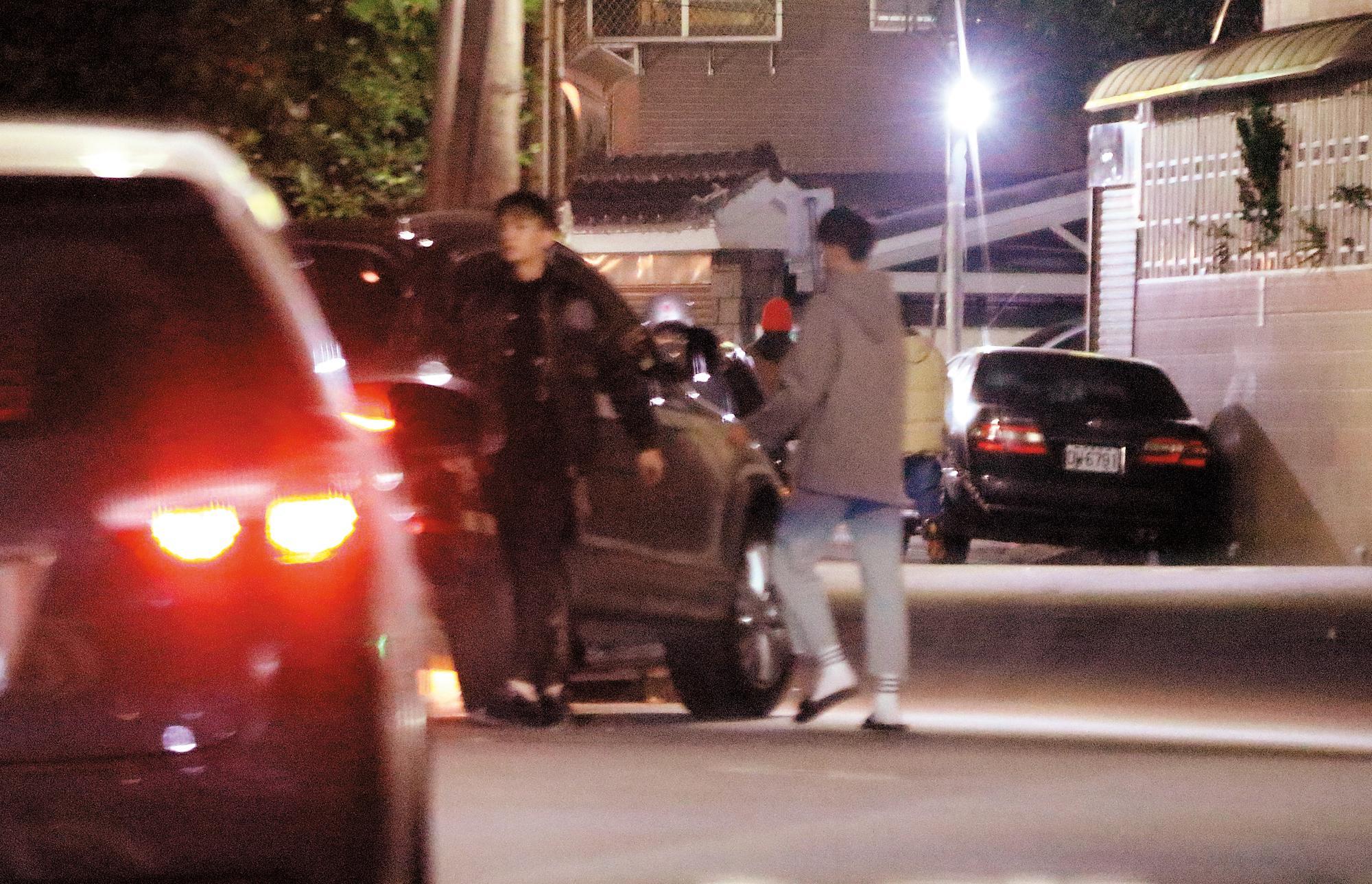 21:26 炎亞綸接送的嫩男上了車後,又下車回家;沒多久又出現,上了炎亞綸的車開往旅館。