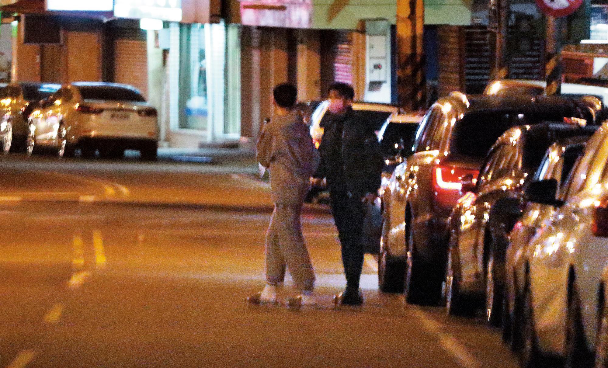 21:25 民宅中的一名嫩男,跟著炎亞綸一起出門,上了他的車。