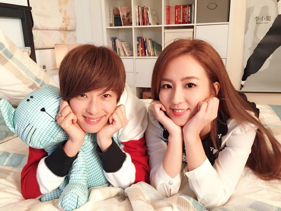 周曉涵(右)霸氣形象,在和賴雅妍(左)演出的《愛上哥們》可見端倪。
