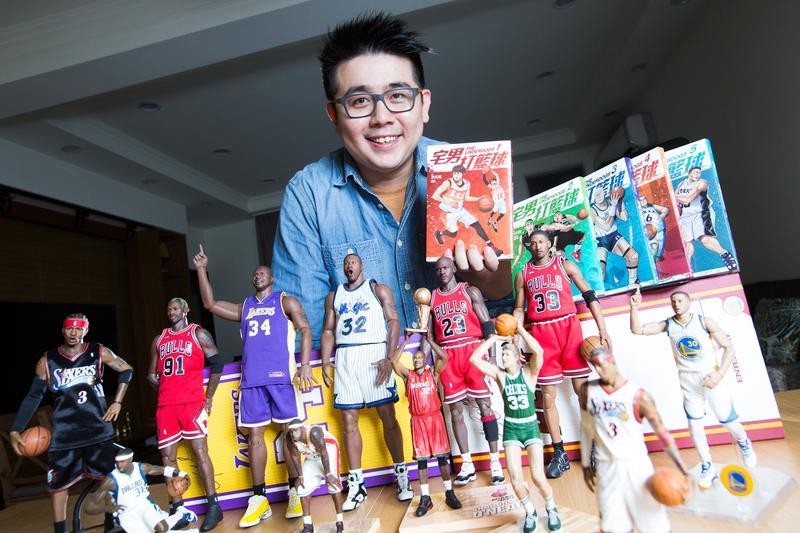 《宅男打籃球》作者洪元建相當喜愛運動,尤其是NBA,工作室裡有許多球員公仔收藏。