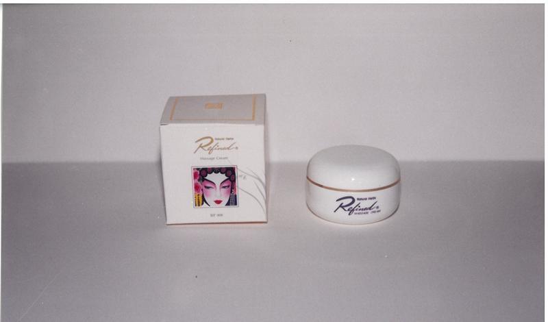 蓮芳國劇臉譜LOGO辨識度高,包裝一用就是30餘年,圖為早期推出的按摩霜,現已停產。(柏諦提供)